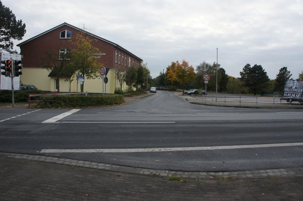 Das ist die Straßensituation Ackerstraße/B73.. Hier muß sich komplett was tun. Auch das leerstehende Autohaus gehört mit in die Planung einbezogen..